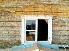 Matalalla sijainnut ikkuna-aukko seinän pintaverhouksen poiston jälkeen